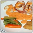 Gevulde kipfilet met geglaceerde groentjes en een romige paprikasaus.